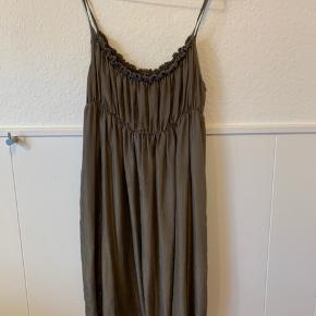 Meget sød 100% Silke  kjole To lags silke kjole i en støvet gråbrun. Str. L Elastik i livet