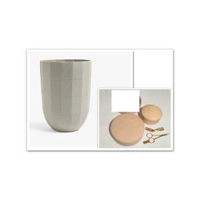 Bytter ikke. Se venligst hele annonceteksten. Priserne er faste!   Varetype: Vase, kasser, saks og negleklipper. Priserne er eksklusive porto.  Jeg har disse ting fra HAY til salg. Priserne står ud for hver beskrivelse i annoncen.   Vase fra HAY, Paper Porcelain, keramik. Str. Large. Mål: Ø 14 cm, H. 19 cm. Det er den største af vaserne i serien. Str. Large. Vasen har stået til pynt i mit vitrineskab. Jeg har aldrig brugt vasen, så den fremstår som ny. Købspris kr. 1.000,- Pris kr. 550,- plus pakkeporto kr. 45,- uden omdeling, DAO. Forsikret.   Box, skrin, krukker, Hay  Hay Box, træ ahorn og saks og negle klipper sælges. Alle tingene er nye. Priserne står ud for hver annonce tekst. Gaver jeg ikke har fået i brug, og som ikke længere kan byttes. Kun glaslåget ligger i æske.  Boks, lille i ahorn træ med låg Pris Kr. 150,-  Box, i ahorn træ m. låg i træ Ø. 14 cm H. 4,5 cm Pris kr. 225,-  Box, i ahorn træ og med glas låg Pris: kr. 400,-  SOLGT, SOLGT!!!!  Lille saks, L. 10,5 cm og negle klipper. Saks og negle klipper, disse to ting sælges KUN samlet. Pris: kr. 80,-  Der er ikke længere emballage til, udover glas låget. Alle tingene er nye, har aldrig været i brug.