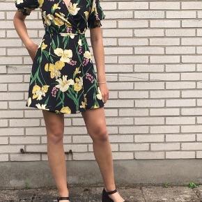 Blomstret mango wrapkjole Kun brugt én gang!    Tjek mine andre annoncer ud! Alle mine varer skal væk inden 7.august! Køb flere og få mængderabat. Tjek også @vintage_toej på insta💐