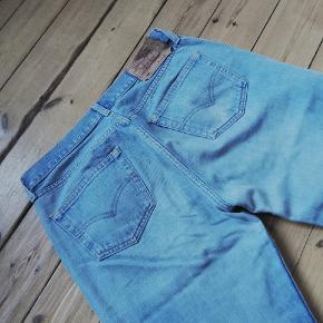 Vintage levis 501 jeans str w34 l36. Meget lange. Farven er en lys denim. Der er nogle små mærker på det ene lår, se billede.