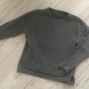 Varetype: sweatshirt med lommer Farve: army  Brugt 1 gang