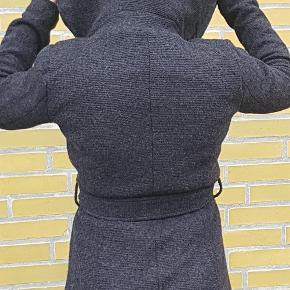 Varetype: frakke Farve: grå Oprindelig købspris: 800 kr.  Vinterfrakke i uld