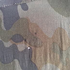 Kimono fra Rabens Saloner (model: Sigrid). Brugt få gange - men har fået et lille hul bagpå oppe ved nakken (se billede). Pris er sat derefter.   Str. One Size