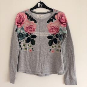 H&M grå bluse med blomstermotiv str 158-164 cm
