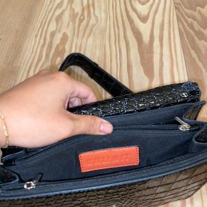 Sælger min sorte Unlimit taske i modellen rosemary. Sælger den billigt, da den har slid i begge hjørner, da remmen havde sat sig fast i den. Dog ikke noget man ser når man går med tasken.  Super praktisk hvis man mangler en nem fin taske til byen. Send Pb for flere billeder.