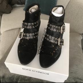 Sælger disse sorte støvler i ruskind. De har sølvspænder. Style nummer er: s174766  Nypris var 1699 kr.
