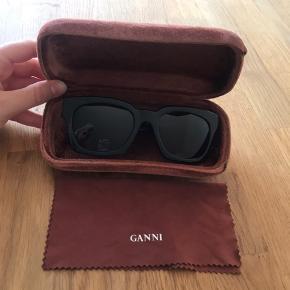Overvejer at sælge mine Ganni solbriller.   De er brugt, men fremstår stort set som nye.   Sælger kun hvis rette pris opnås.