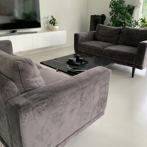 Mexico 3 og 2 1/2 pers. sofa monteret med slidstærkt velourbetræk. Ben i sortlakeret.  2 Pers. med defekt.  3 Pers. i meget fint stand   Køber skal selv hente ! 🙂