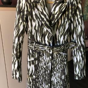 Super lækker tynd frakke/ blazer med bælte.  Den sidder så flot og giver en fedt look.
