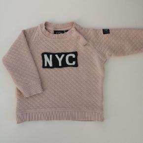 NYC bluse Brugt få gange, stort set ingen fnuller men desværre er der kommet et lille hul og riv på det ene ærme (se billede)