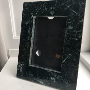 6 skønne grønne rammer (med glas) i marmor. Der er et super smukt spil i marmoret, og de er alle pæne og velholdte - let brugsslidtage. Købt hos Illum til 600 kr. Sælges samlet for 150 kr.