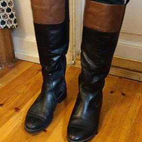 Victim boots. 100% leather. Very comfortable.