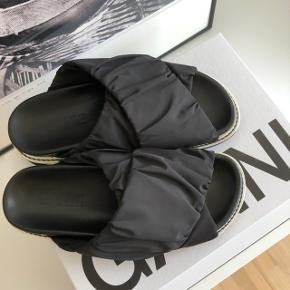 OBS. Jeg bytter ikke  Sælger disse fine Ganni sandaler, da jeg desværre må erkende at de er for små til mig. De er brugt 1 gang og fremstår som nye - stadig med æske til ✨