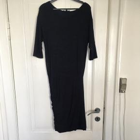 Super sød kjole i blålilla med leopardprikker fra Moss Copenhagen. Kjolen er en str m. Længde: 111 cm. Stoffet er lettere elastisk.