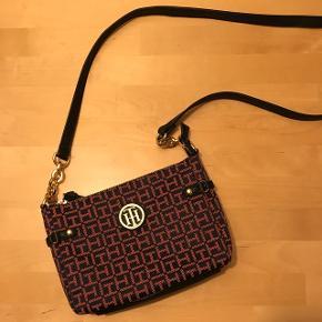 Sælger min røde/navy Tommy Hilfiger taske. Nyprisen var 800 kroner, brugt 1 enkelt gang. Perfekt til julegave! Byd gerne :)