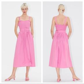 Ny midikjole fra Zara i lyserød med tilhørende bælte. Den er str xs. Stadig med mærke i. Den har skjulte lommer i siden. Sælges til 200 kr. Kan afhentes i Kbh K eller sendes med dao til pakkeshop. Jeg giver mængderabat ved køb af flere ting - se mine andre annoncer