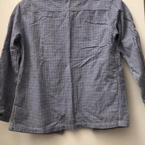 Lækker kvalitetsskjorte i blå/hvid tern Intakt med alle knapper Fra røg- og dyrefrit hjem Helst afhentning/mobile pay/kontant