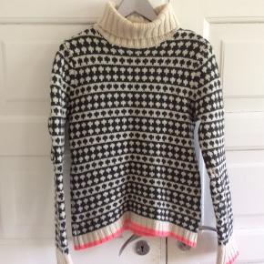 Velkendt sweater. Købt herinde, men den er for lille. Størrelsen hedder L, men jeg vil sige, den svarer til s. Standen er lidt ringere, end jeg havde forventet. Jeg gav selv 300, men 225 er mere passende. Hverken brugt eller vasket her. Standen kan ses på billederne. Længde 68 cm Brystvidde 50*2 cm