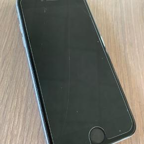 Iphone 6, 64 GB i Grey. Købt i Elgiganten, købt for 2-3 år siden. Har altid haft panser og cover på, bærer tegn på brug. Den har panser på, men det trænger til at blive skiftet. Befinder sig i Hjerting.