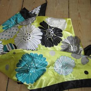 Varetype: tørklæde Størrelse: 90x90 Farve: Gul Oprindelig købspris: 200 kr.  Lækkert tørklæde i gul med blomster print i hvid, grå, sort og grønne nuancer