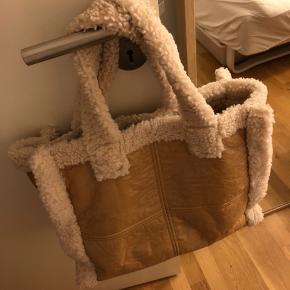 Fin taske, som kan rumme bærbar mv. Brugt 2 gange :)