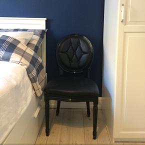Stol med læderbetræk (ikke ægte). Stolen har mest været til pynt og sælges uden skader eller ridser. Kostede ca. 2.000,- (har ikke længere kvitteringen).