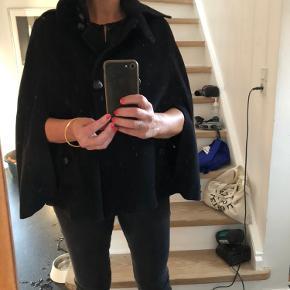 Den SMUKKESTE kappe - poncho i uld med nye læderknapper! Varm og flot over læderjakke eller sweater. 🤩 passer s og m.  Huller til armene.