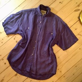 Flot lilla vintageskjorte i silke og med perlemorsknapper 🦄