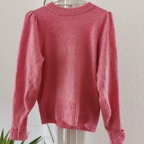 Super fin sweater fra H&M, størrelse S. Den har fine pufærmer og sidder rigtig pænt, kun brugt én gang💗