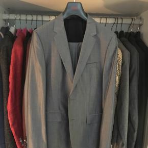 Grå/blåt jakkeaæt fra Hugo Boss  Nypris 5500,-