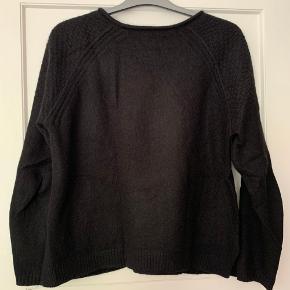 Fineste sorte striktrøje med små lommer foran.  70 % angorauld og 30% nylon.