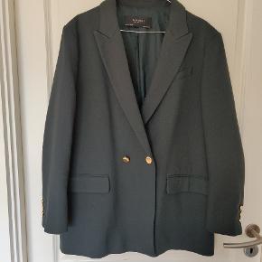 Brugt 2 gange. Mørkegrøn jakke med guld detaljer. Oversize. Fra ikke-ryger hjem.   Er villig til at give rabat ved køb af flere ting fra mig.   Kan afhentes i København.