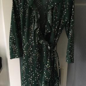 Virkelig skøn slå-om-kjole, pæn stand. Mindstepris 60 kr pp