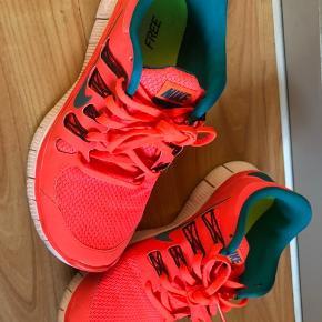 Fede Nike free str er 39 men de er små i str og svarer derfor til en 38