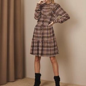 Så fin kjole i skøn farve kombination.  Er i butikkerne nu