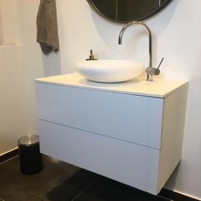 Helt nyt badeværelsesmøbel, vi har stadig indpakning og alting. Vask og amartur medfølger ikke! Np: 7000,-