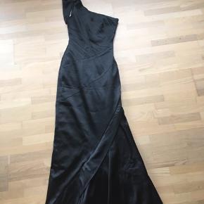 Super flot gala kjole. Er str. 36 men ret lille i størrelsen. Nypris 2.800 kr