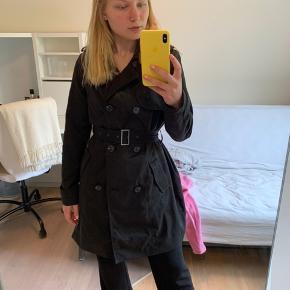 Brugt meget få gange  En comfy jakke med knappelukning, to lommer og bælte om livet= virkelig flot fit