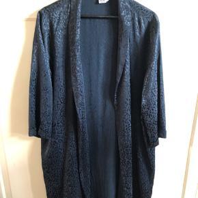 Kimono i silkelook. Knælang. Dyb mørkeblå med mønster i stoffet.