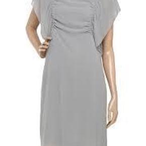 Varetype: **NY** Lækker Kjole Farve: Pudder Oprindelig købspris: 2200 kr.  ...... VILD SKØN SOMMERKJOLE .....   Den fineste kjole som IKKE er brugt. Sælges da den er købt for lille. Nypris og tags til 2200 kr * pris íde er 1200 kr men vær FAIR hvis du byder ;)  Skal kjolen sendes udenfor dk, må du aftale portoen med mig.  Materiale er 100 % Silke   Mål er  Længden 100 cm Brystmål er one size og vil kan passes af flere str.   ¤¤¤ BYTTER IKKE ¤¤¤