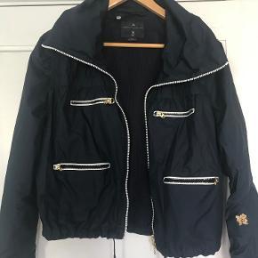 Lækker vindtæt jakke fra Adidas by Stella McCartney. fremstår som ny. Har i alt fire lommer. Er fra OL i London.