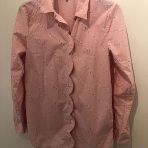 Flot skjorte fra Ganni sælges da jeg desværre ikke får den brugt. Sendes med DAO eller afhentes i Odense C.