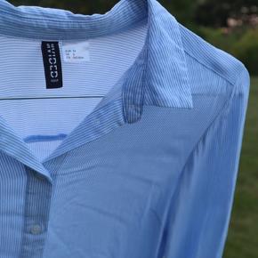 Rigtig fin lyseblå/hvid stribet skjorte i str 34. Aldrig brugt. Har kun hængt på en bøjle.