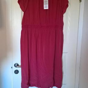Varetype: Smuk *NY* kjole :-) Størrelse: 46 Farve: - Oprindelig købspris: 1300 kr.  Smuk kjole fra Noa Noa i str. 46 - aldrig brugt og stadig med mærke :-) MATERIALE: Materialet er 53% silke og 47% viscose (foret med polyester).  MÅL: Over brystet måler den (2 x) 63 cm Ved taljemarkeringen måler den (2 x) 49,5 cm. (Tajlemarkeringen består af en elastik og kan strækkes op til (2 x) 65 cm) Over hoften måler den (2 x) 67,5 cm Fra nakke og ned måler den 109 cm Nypris 1.300 kr
