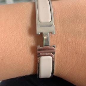 Sælger dette smukke Hermes armbånd, da det ikke bliver brugt længere.  Har kvittering - men dustbag samt æske haves ikke længere.    DET ER BEIGE  Det er den store model af det i omkreds Sælges hvis rette pris opnås