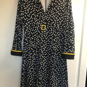 """Super flot """"knappe"""" kjole fra Margot. Næsten ikke brugt. Nypris 1200kr"""
