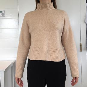 Svagt ferskenfarvet sweater fra Other Stories (Paris Atelier kollektion).  Kom med et bud 😇  Passer str. 36-40  (indeholder uld)