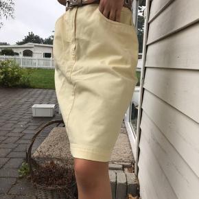 Sælger denne gule nederdel, så flot!! Desværre lidt for stor til mig, bruger normalt 34. Det er mig der har den på (se billeder)🌼💛⚡️🌙✨