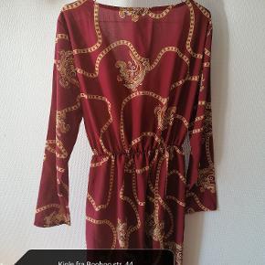 Rigtig fin kjole med kædeprint fra Boohoo, den er desværre bare en anelse for kort til mig.
