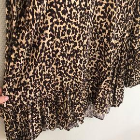 Super sød kjole/skjorte fra Zara. Str. Xsmall, men er stor i størrelsen, så kan sagtens passes af en small.